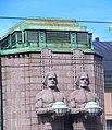 Helsinki Bahnhof Statuen.JPG