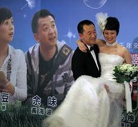 Huang haibo and Hai-Qing at A Beautiful Daughter-in-law Era propaganda press conference 20100607.jpg