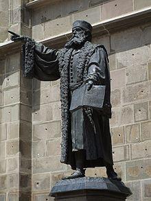 johannes honterus, statuia din curtea bisericii negre