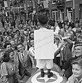 Jongetje verkleed als de schilder Hitler brengt de Hitlergroet met op zijn rug , Bestanddeelnr 900-4619.jpg