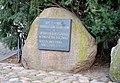 Kamień upamiętniajacy ofiary Rzezi Pragi przed bazyliką katedralną Świętych Michała i Floriana w Warszawie.JPG