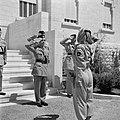Koning Hussein met generaal Glubb en prins Nassar ben Jamil op trappen voor het , Bestanddeelnr 255-5075.jpg