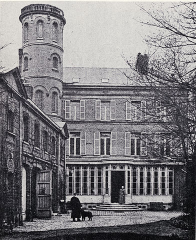 Онорина и Жюль Верн в 1894 году на прогулке с собакой Фоллет во дворе амьенского дома Maison de la Tour.
