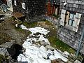 Landshuter Europahütte mit 2 Grenzsteinen.jpg