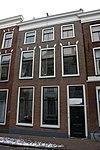 foto van Pand met lijstgevel, drie vensters gedekt door strekken met maskersluitsteen