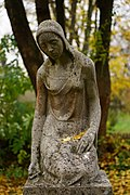 Leingarten - Großgartach - Friedhof - Grabskulptur trauerndes Mädchen 2.jpg