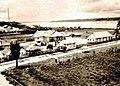 Leticia en 1930 con casas construida por el grupo militar de colonización colombiana.jpg