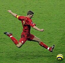 Steven Gerrard in azione contro il Real Betis.
