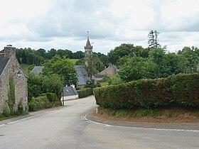 Le bourg et, à l'arrière-plan, l'église paroissiale