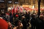 Ludzie oddający hołd poległemu w Smoleńsku prezydentowi RP Lechowi Kaczyńskiemu podczas odsłonięcia pomnika.jpg