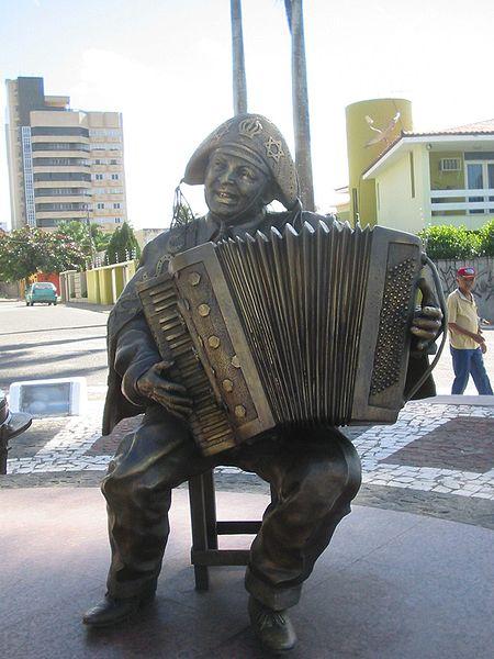 Ficheiro:Luiz-Gonzaga-Estátua-de-bronze.jpg