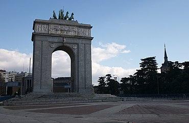 Monumento a los caídos: hay que dinamitarlo - Página 2 370px-Madrid_-_Moncloa_-_Arco_de_la_Victoria_-_20050220