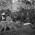 Mannen en vrouwen zittend om het kampvuur, Bestanddeelnr 191-0825.jpg