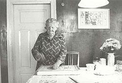 Die Estlandschwedin Maria Murman (* 9. März 1911, † 3. Februar 2004 ) spielt auf der Zither und singt die alte Melodie