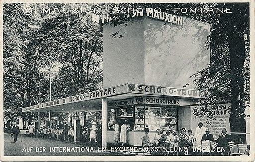 Mauxion Schokotrunk-Verkaufsstand auf der Intenationalen Hygiene-Ausstellung in Dresden 1930 (Ansichtskarte)