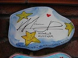 La piastrella del Muretto di Alassio autografata da Michelle Hunziker