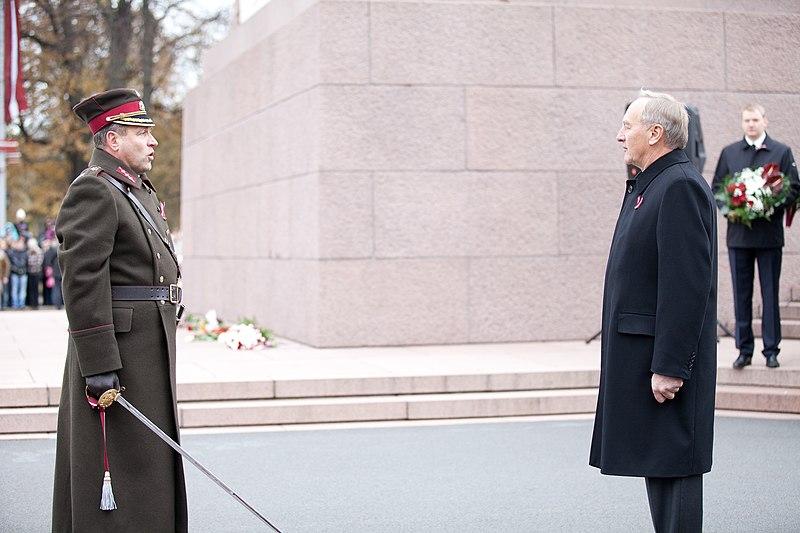 File:Ministru prezidents Valdis Dombrovskis vēro Rīgas garnizona vienību militāro parādi pie Brīvības pieminekļa (8175010192).jpg