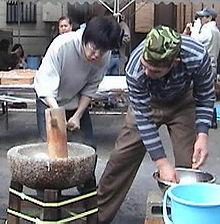 Produzione tradizionale di mochi ad Osaka.