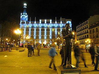 Plaza de Santa Ana - Night view of the plaza, with the monument to Federico García Lorca in the foreground and the ME Madrid Reina Victoria in the background