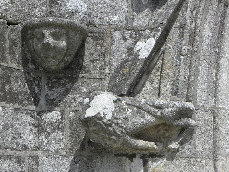 Porche sud de l'église Sainte-Noyale de Noyal-Pontivy (56). Console et sculpture à la base ouest du gable.