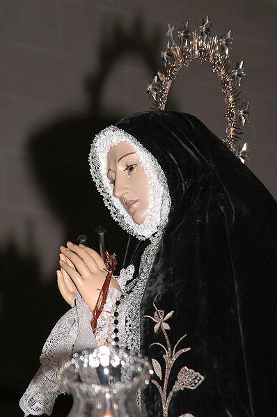 Nuestra Señora de la Soledad sobre el Trono cruzando el pasillo central de la Iglesia para salir en Procesión