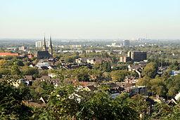 Blick vom Aussichtsturm der Knappenhalde zur Marienkirche in Oberhausen