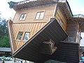 Odwrócony dom na terenie skansenu w Szymbarku - panoramio.jpg