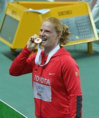 Betty Heidler vid segerceremonin i Osaka 2007