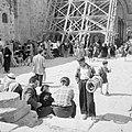Paasviering. Gelovigen bij de steigers bij de ingang van de Heilige Graf kerk, Bestanddeelnr 255-5257.jpg