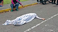 A dead body in the street, Paola Ramírez, covered with a sheet