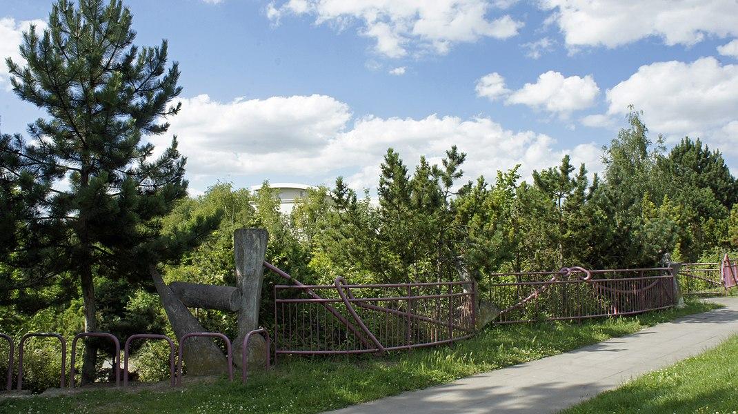Vue de la rambarde du parc surplombant la piste de roller.