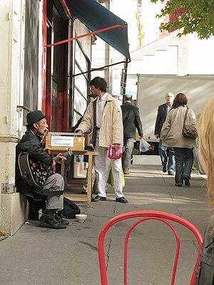 English: Street musician in the Avenue Villema...