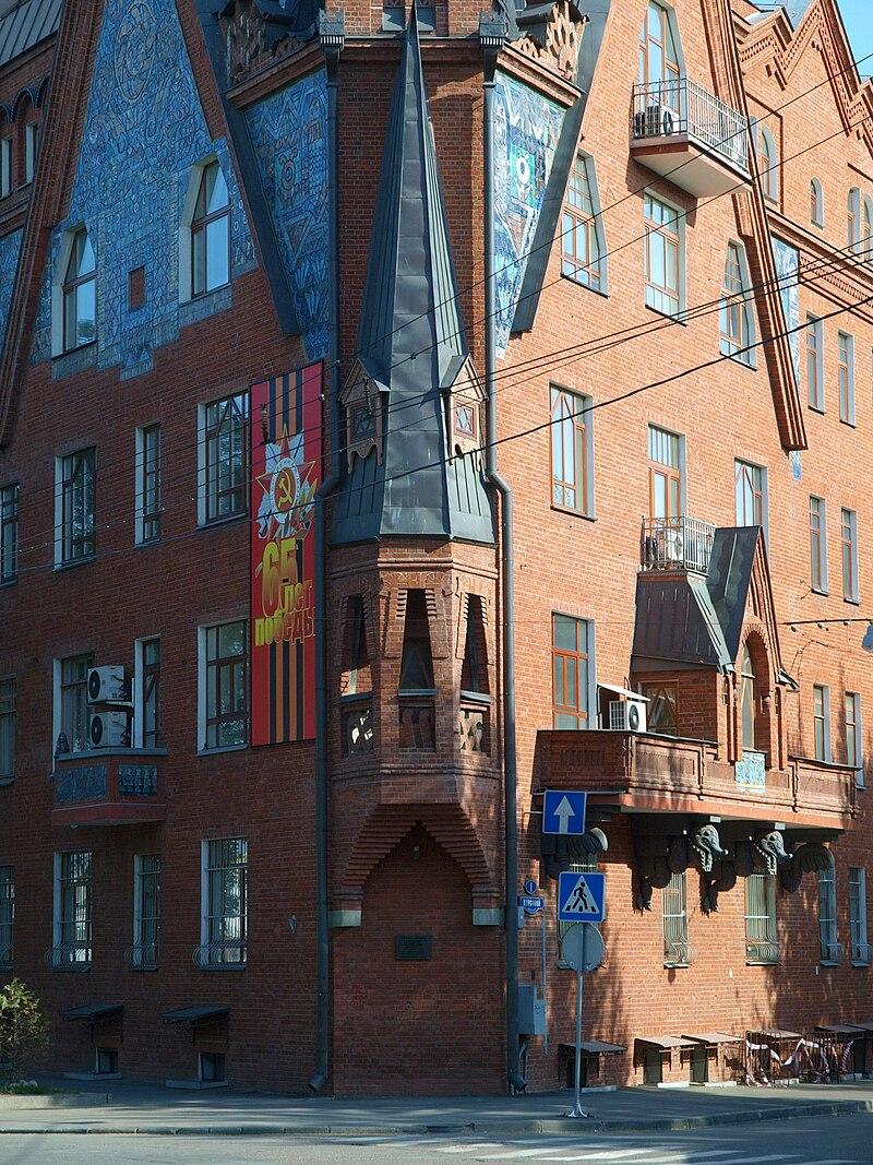 Pertsov House gable May 2010 03.JPG