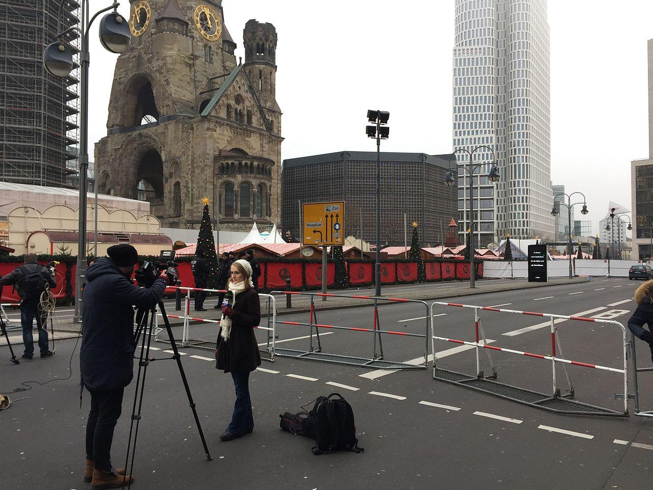 Police, médias et hommages au lendemain de l'attentat du marché de Noel de Berlin en 2016 17.jpg