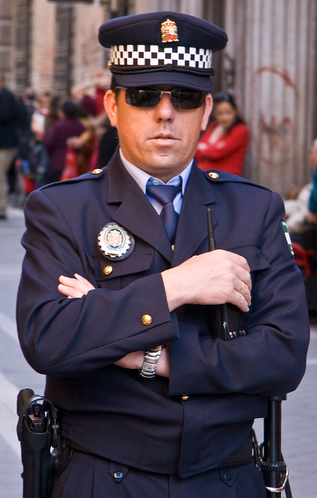 File:Police officer in Granada, Spain.jpg - Wikimedia Commons