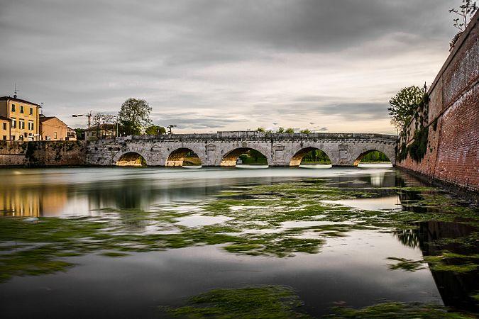 Ponte di Tiberio dal canale.jpg