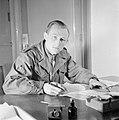 Portret van een schrijvende man in een onbekend uniform zonder rangonderscheidin, Bestanddeelnr 255-8990.jpg