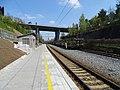 Praha-Kačerov, nákladní vlak ČDC a most magistrály.jpg