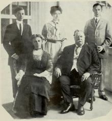 https://upload.wikimedia.org/wikipedia/commons/thumb/0/0a/President_Taft_and_his_family_%281912%29.png/220px-President_Taft_and_his_family_%281912%29.png