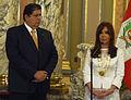 Presidenta Cristina Fernández recibiendo condecoracion de Alan Garcia.jpg