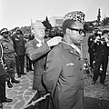 Prins Bernhard in Zaire (voorheen Belgisch Congo), Prins Bernhard reikt Presiden, Bestanddeelnr 926-6031.jpg
