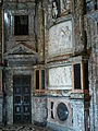 Puerta y relieves en altar.JPG