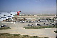 20c893611 طائرة تابعة للملكية الأردنية تقلع من المطار عام 2009، ويظهر في الصورة مبنى  المسافرين القديم.