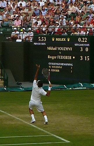 d09e30d6275 Roger Federer sirviendo en Wimbledon 2011 donde llegaría hasta los cuartos  de final tras perder un