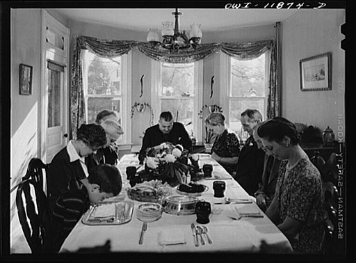 Saying grace before carving the turkey at Thanksgiving dinner 8d10749v