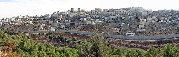 Панорамный вид на лагерь Шуафат и район Дахьят а-Салам с севера, 2007