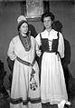 Sigrid och Anna Rydbeck klädda i folkdräkter på Lekstugan i Jönköping - Nordiska Museet - NMA.0056941.jpg