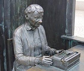 Astrid Lindgren at her typewriter. Statue created by Marie-Loise Ekman at Stora Torget, Vimmerby, Sweden. (https://commons.wikimedia.org/wiki/File:Staty_av_Astrid_Lindgren.jpg?uselang=de)