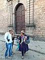 Stratvendisto-indiano kaj turistoj en Kusko.jpg