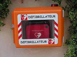 Comic Sans - A defibrillator in France with a label in Comic Sans.